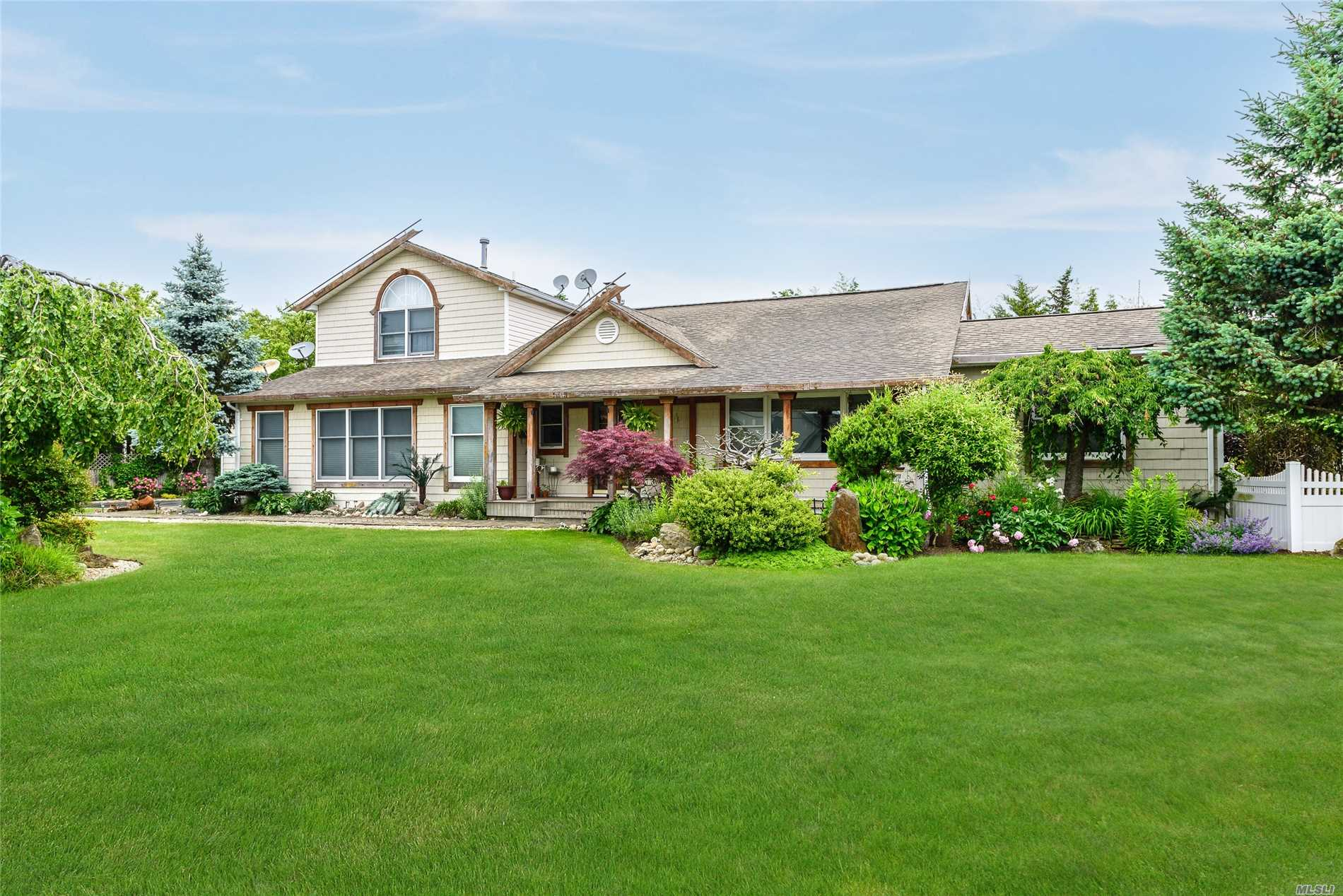 Photo of home for sale at 156 Secatogue Ln, West Islip NY