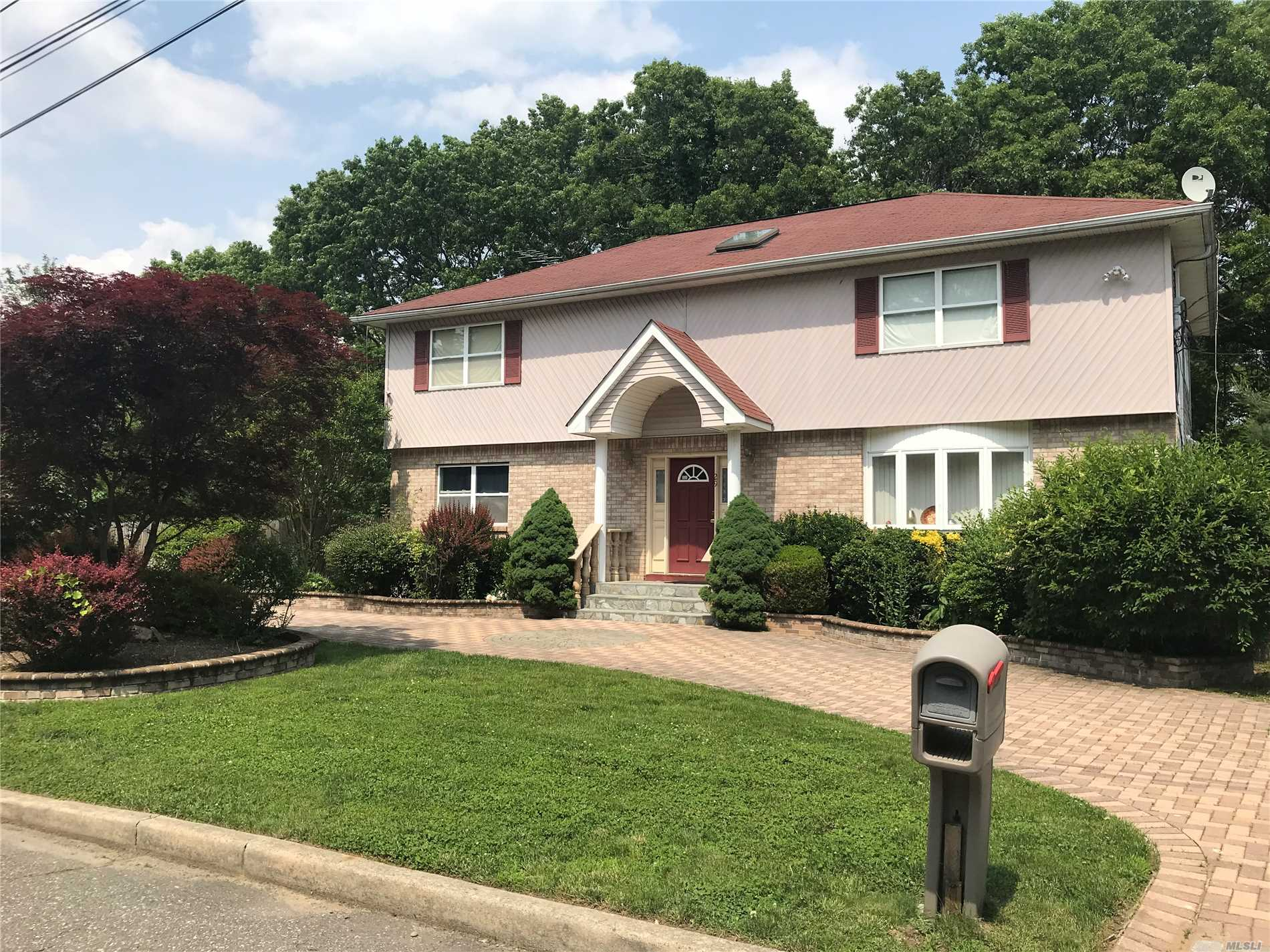 Photo of home for sale at 29 Columbo Dr, Deer Park NY