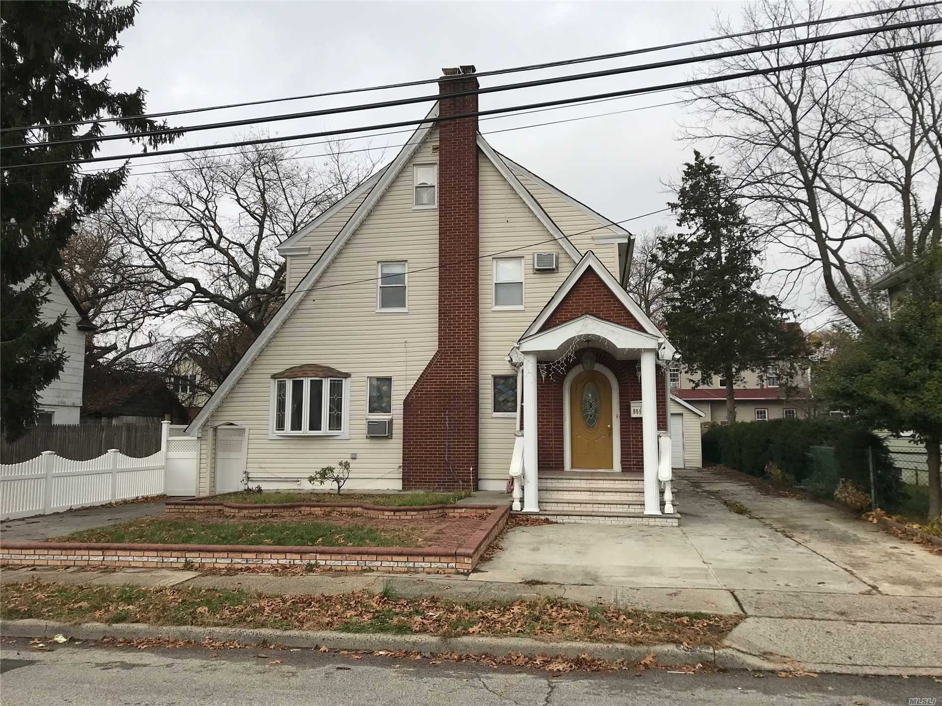 Photo of home for sale at 809 Linden Ave, North Baldwin NY