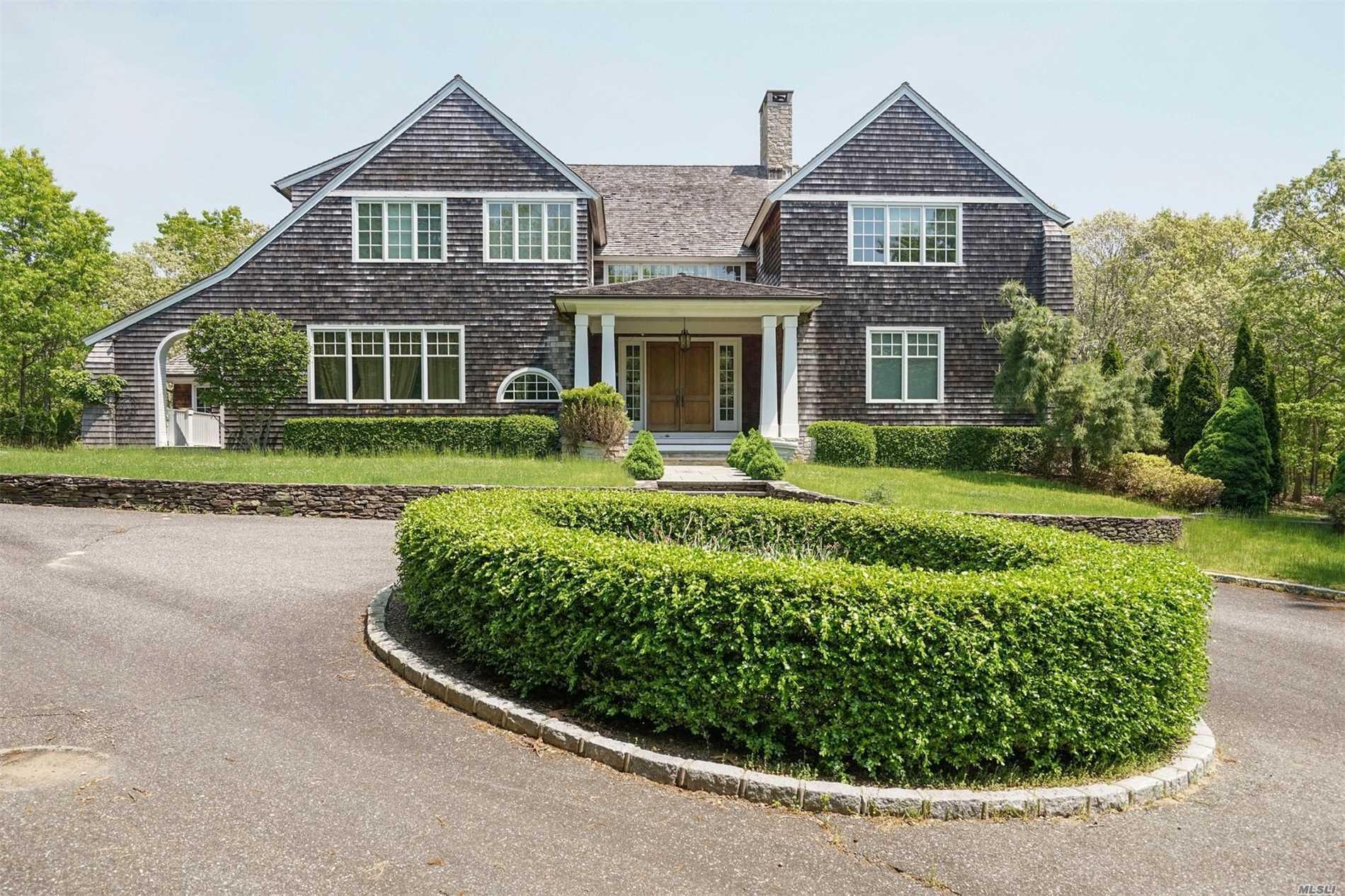 Photo of home for sale at 19 Southampton Hill Ct, Southampton NY