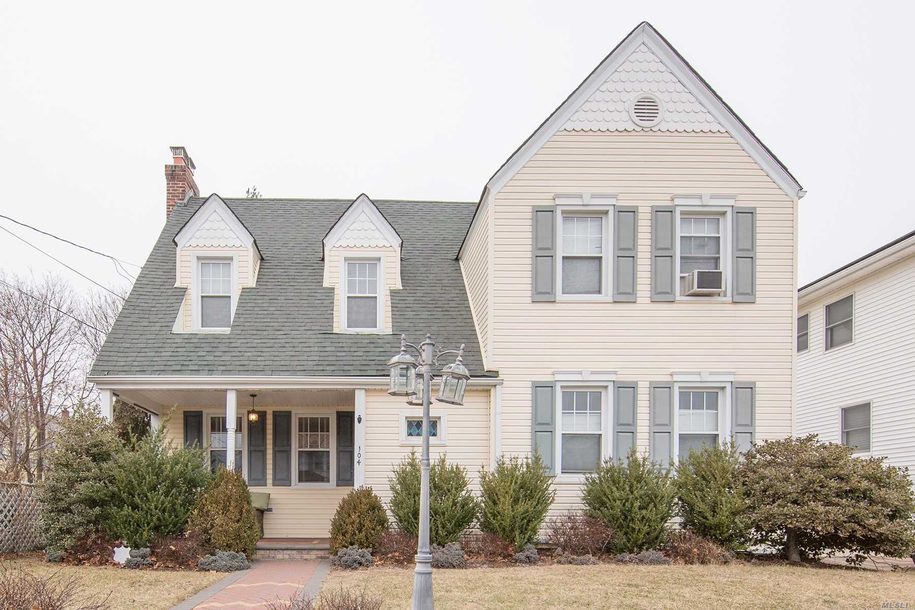 Photo of home for sale at 104 Grove St N, Valley Stream NY