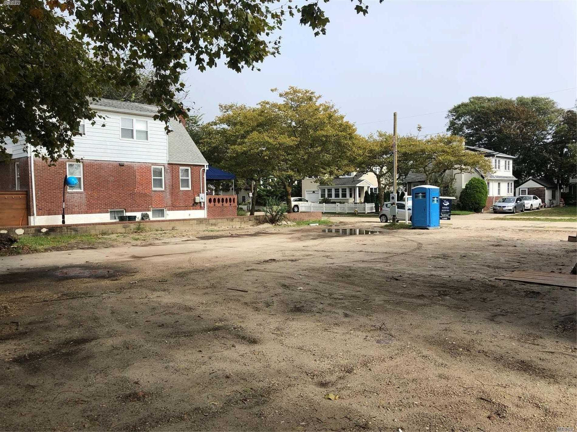 Photo of home for sale at 83 Lynbrook Ave, Point Lookout NY