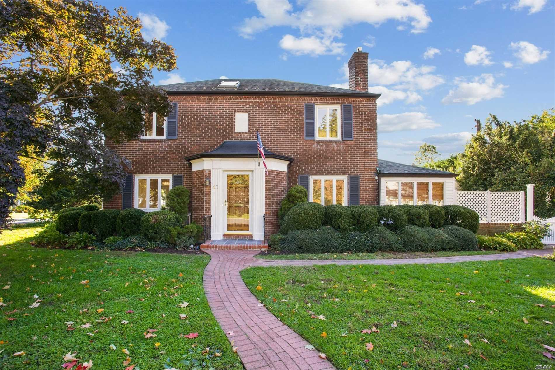 Photo of home for sale at 43 Westbury Rd, Garden City NY