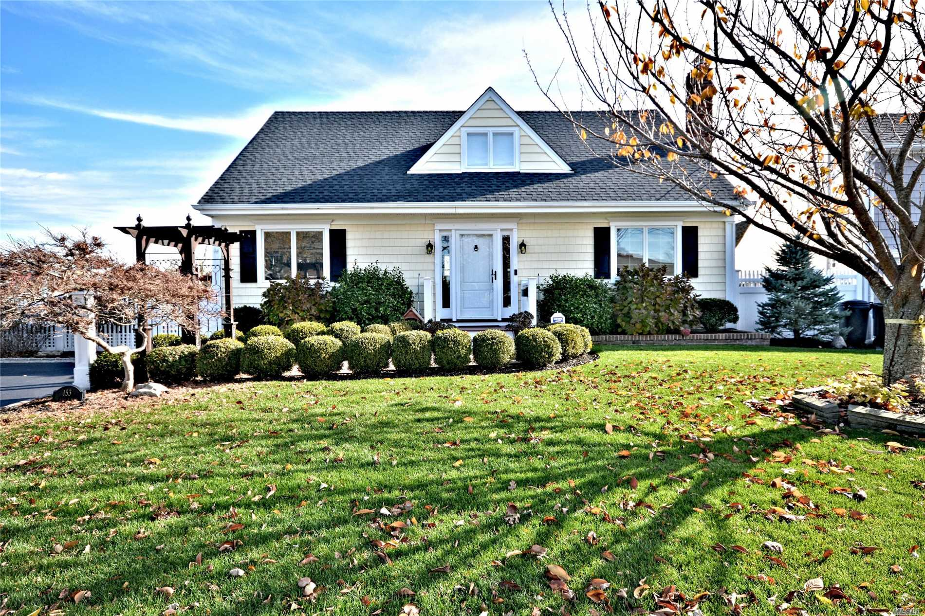 Photo of home for sale at 153 Sequams Lane Ctr, West Islip NY