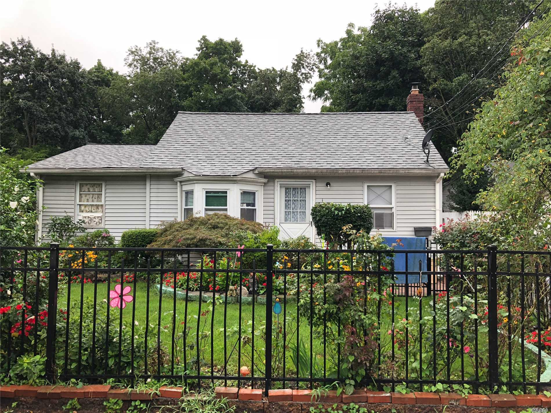 Photo of home for sale at 163 1st Ave, Huntington Sta NY