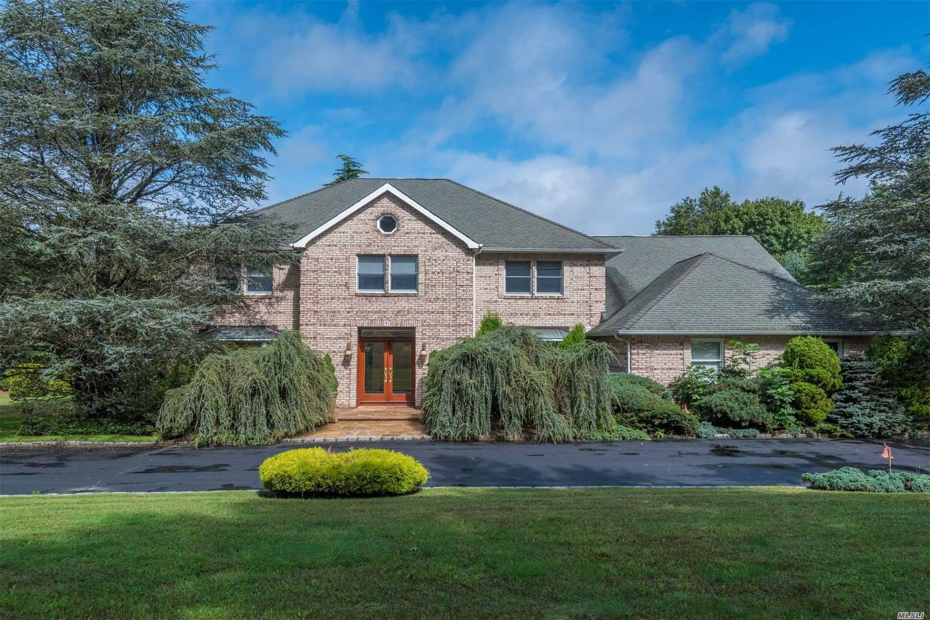 Photo of home for sale at 9 Woodhill Ln, Upper Brookville NY