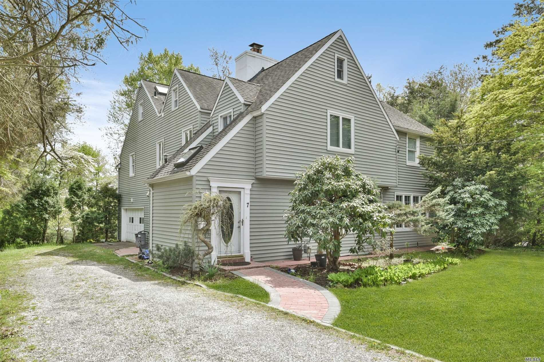 Photo of home for sale at 7 Ascot Ridge Rd, Great Neck NY