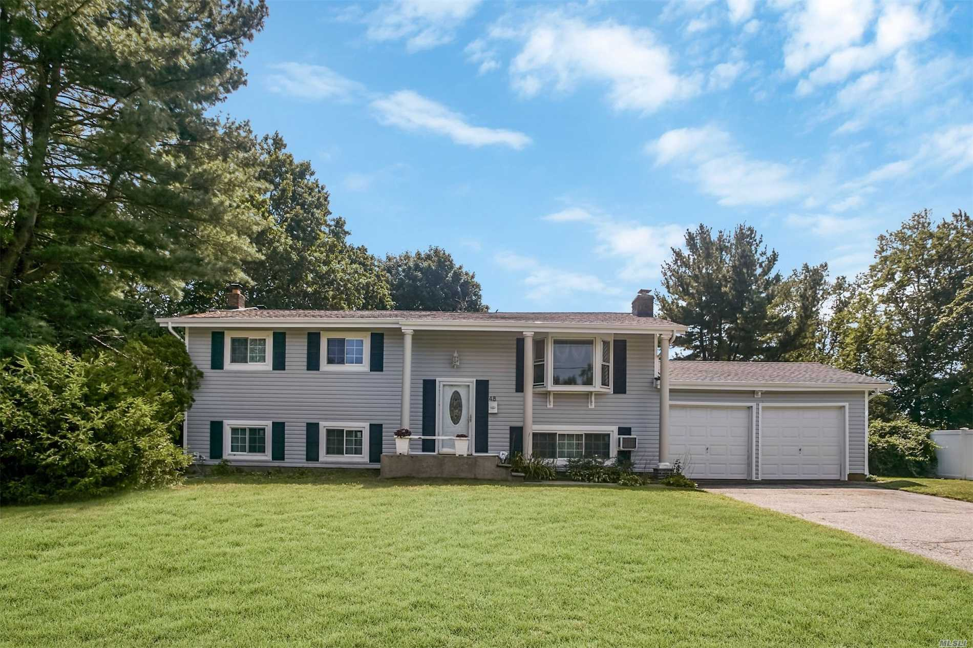 Photo of home for sale at 48 Clearview Dr, Wheatley Heights NY
