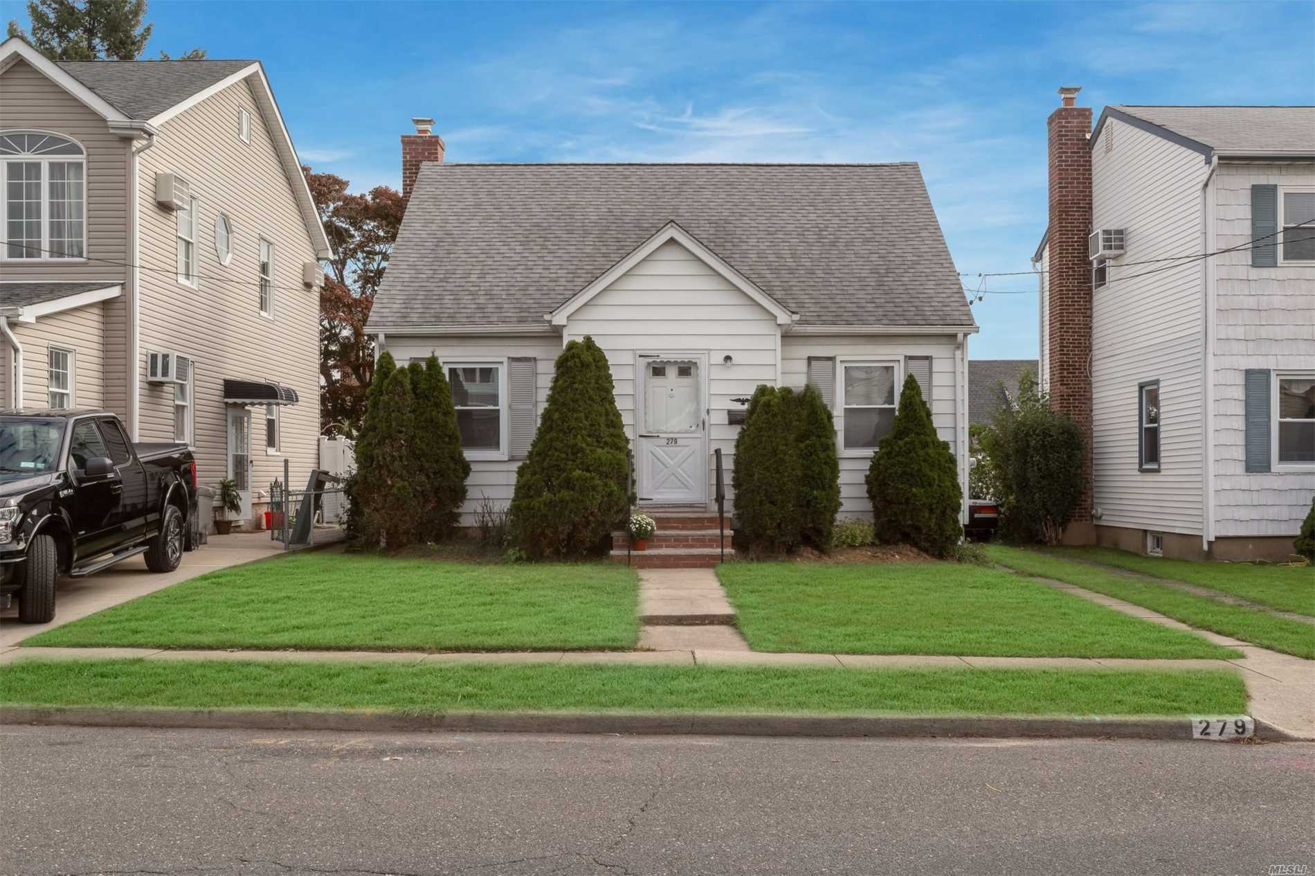 Photo of home for sale at 279 Cleveland St, Franklin Square NY