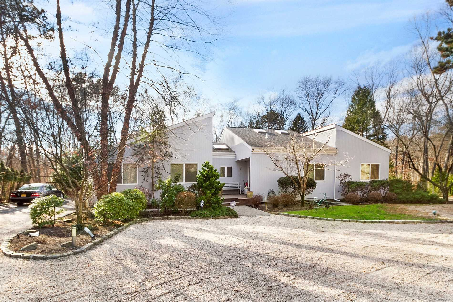 Photo of home for sale at 41 Park Cir, Quogue NY