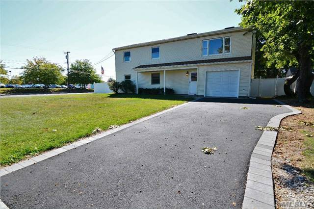 Photo of home for sale at 82 Ace Ct, West Islip NY