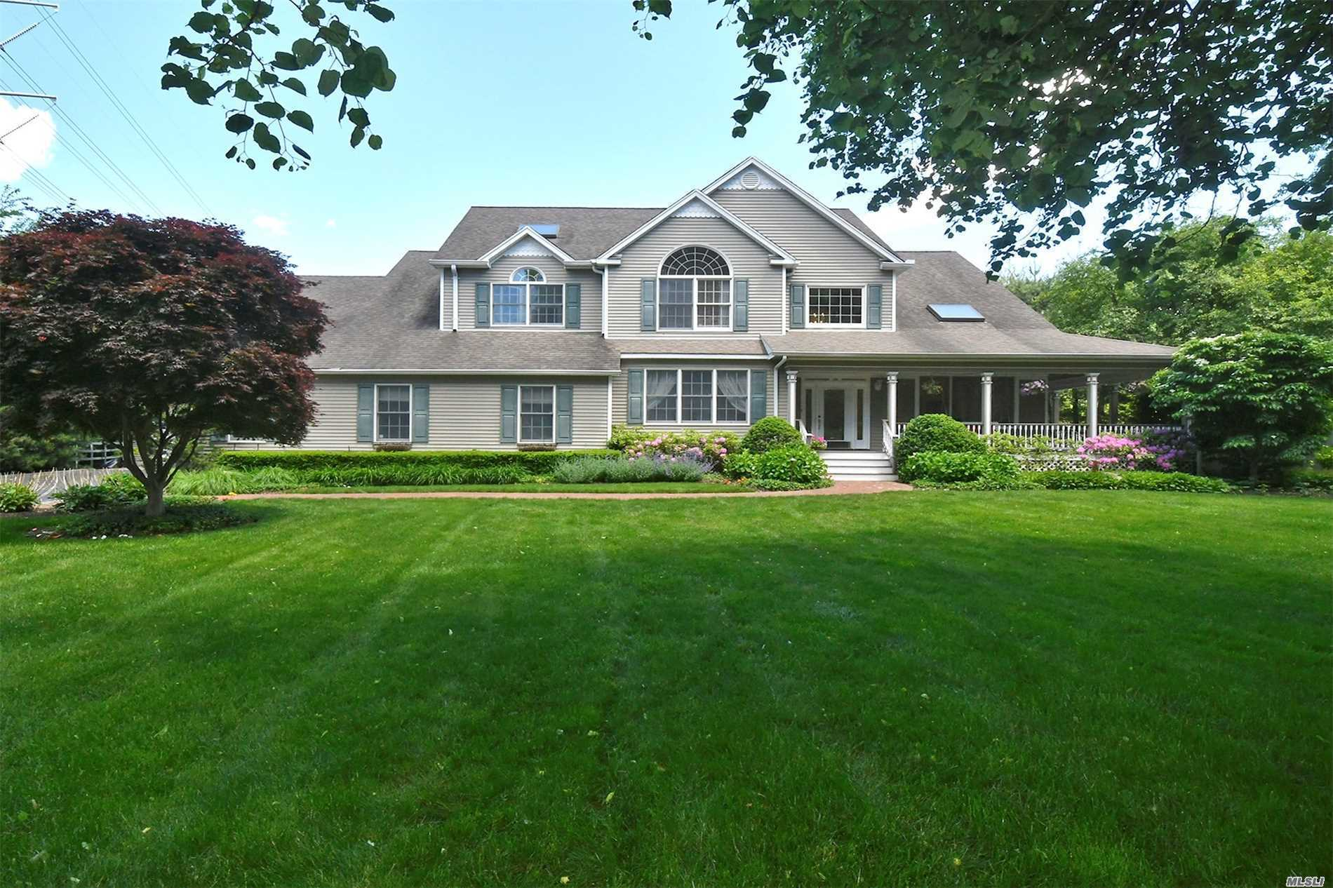 Photo of home for sale at 277 Pine Acre Blvd, Dix Hills NY