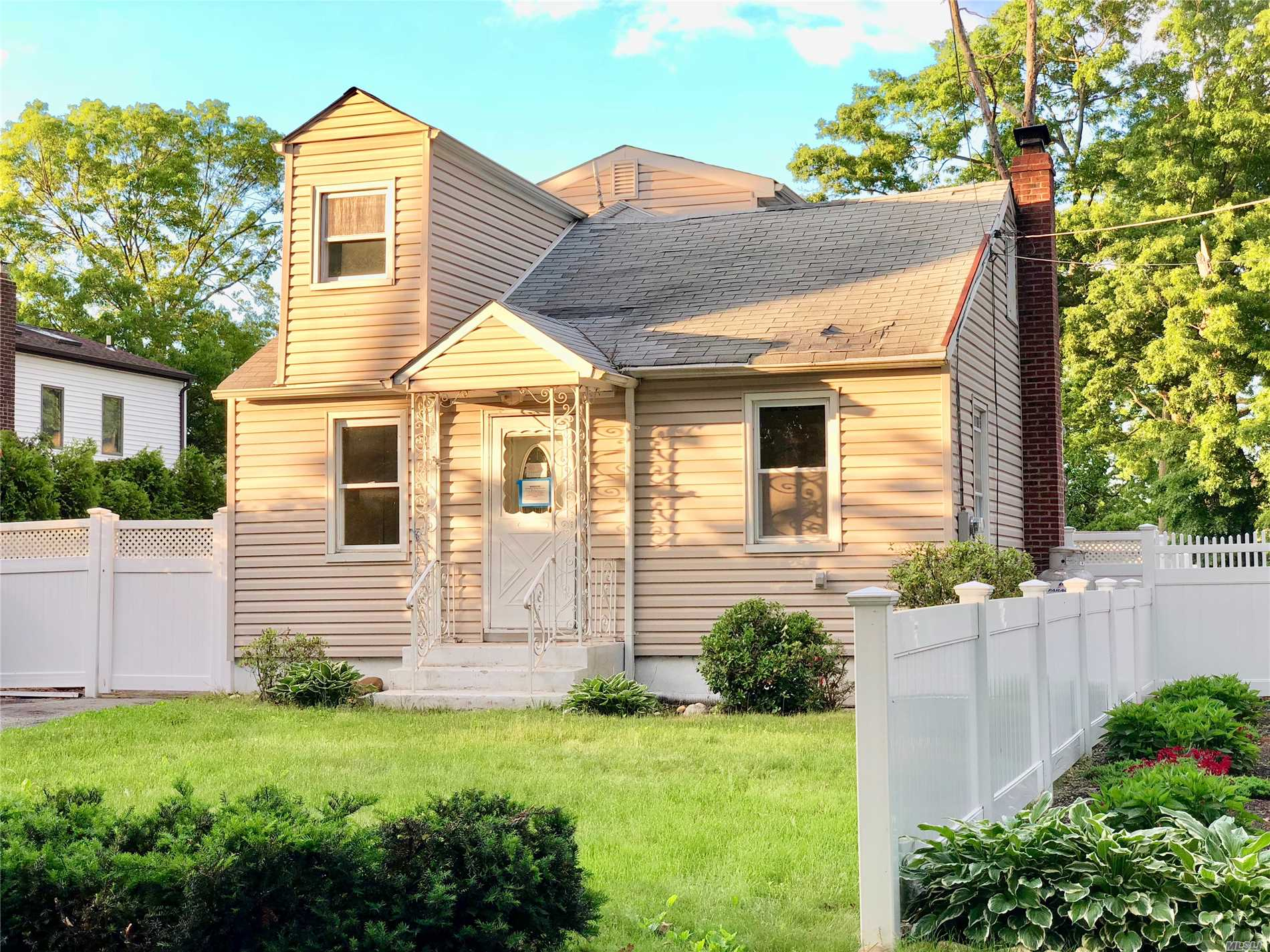 Photo of home for sale at 375 Woodlawn Ave, Ronkonkoma NY
