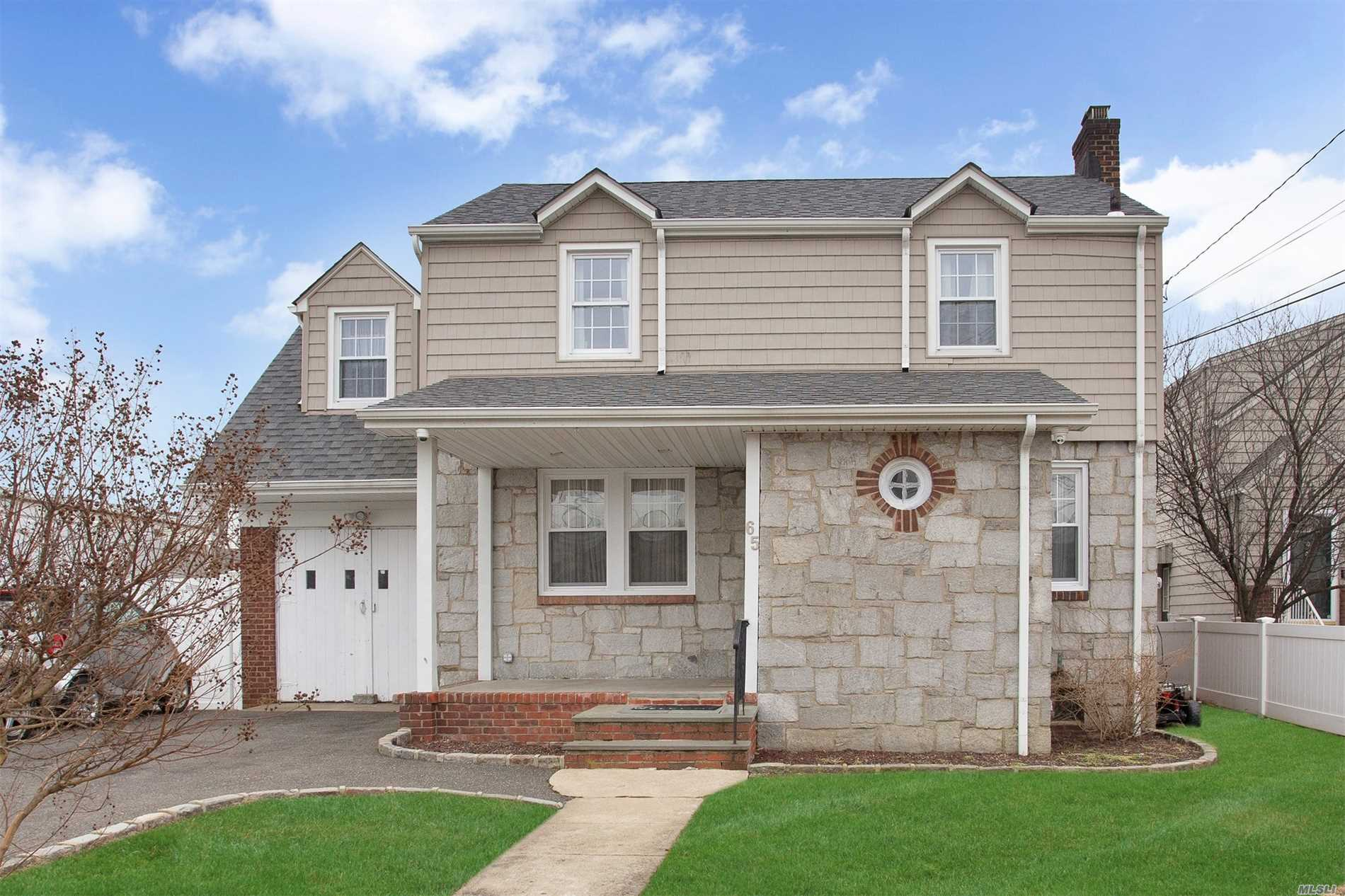 Photo of home for sale at 65 Phipps Ave, East Rockaway NY