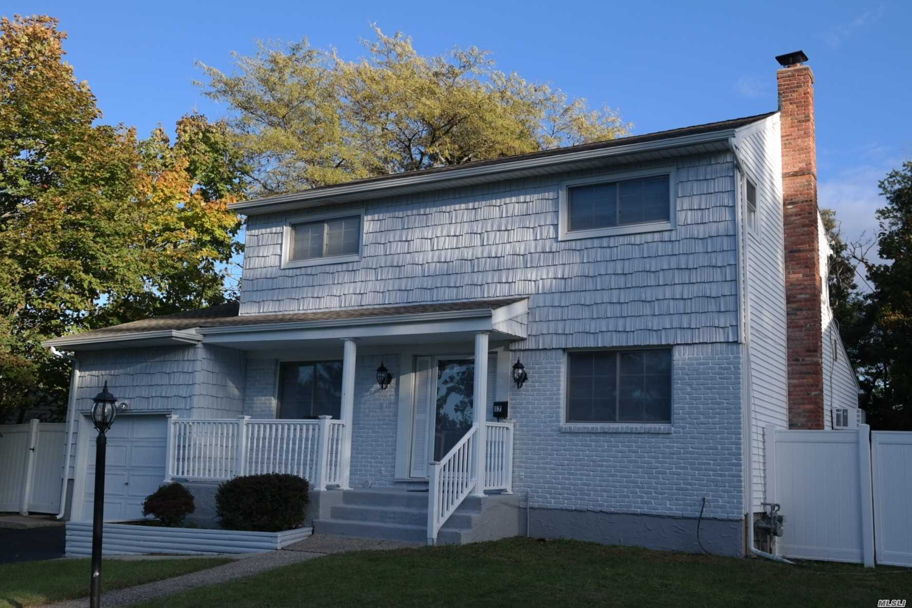 Photo of home for sale at 17 Weston Ln, Smithtown NY