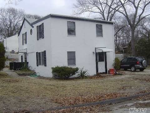 Photo of home for sale at 77 Highview Dr, Selden NY