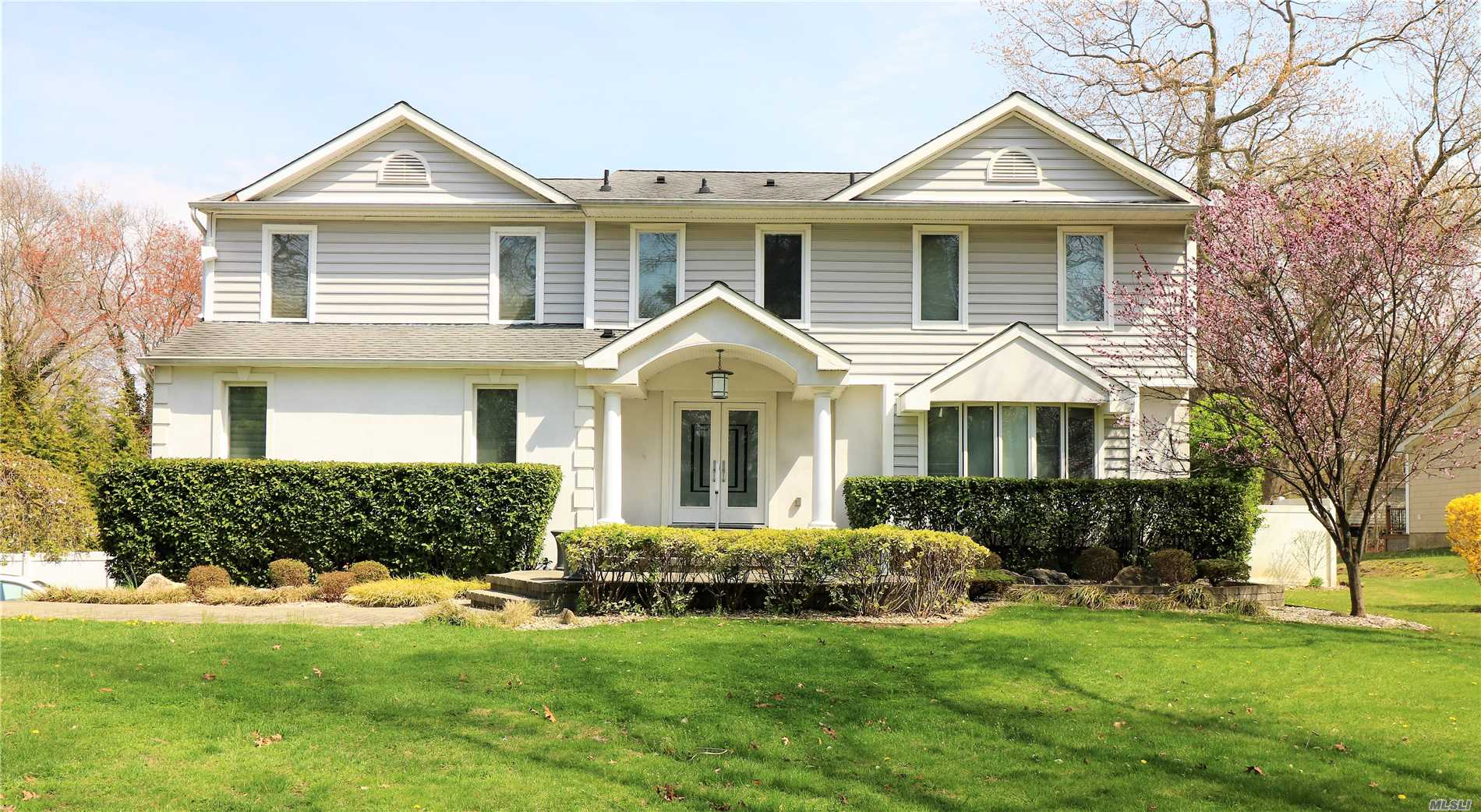 Photo of home for sale at 24 Mclane Dr, Dix Hills NY
