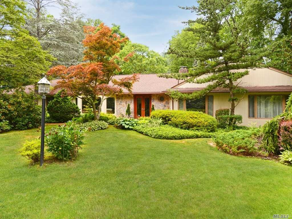 Photo of home for sale at 42 Woodland Dr, Oyster Bay Cove NY
