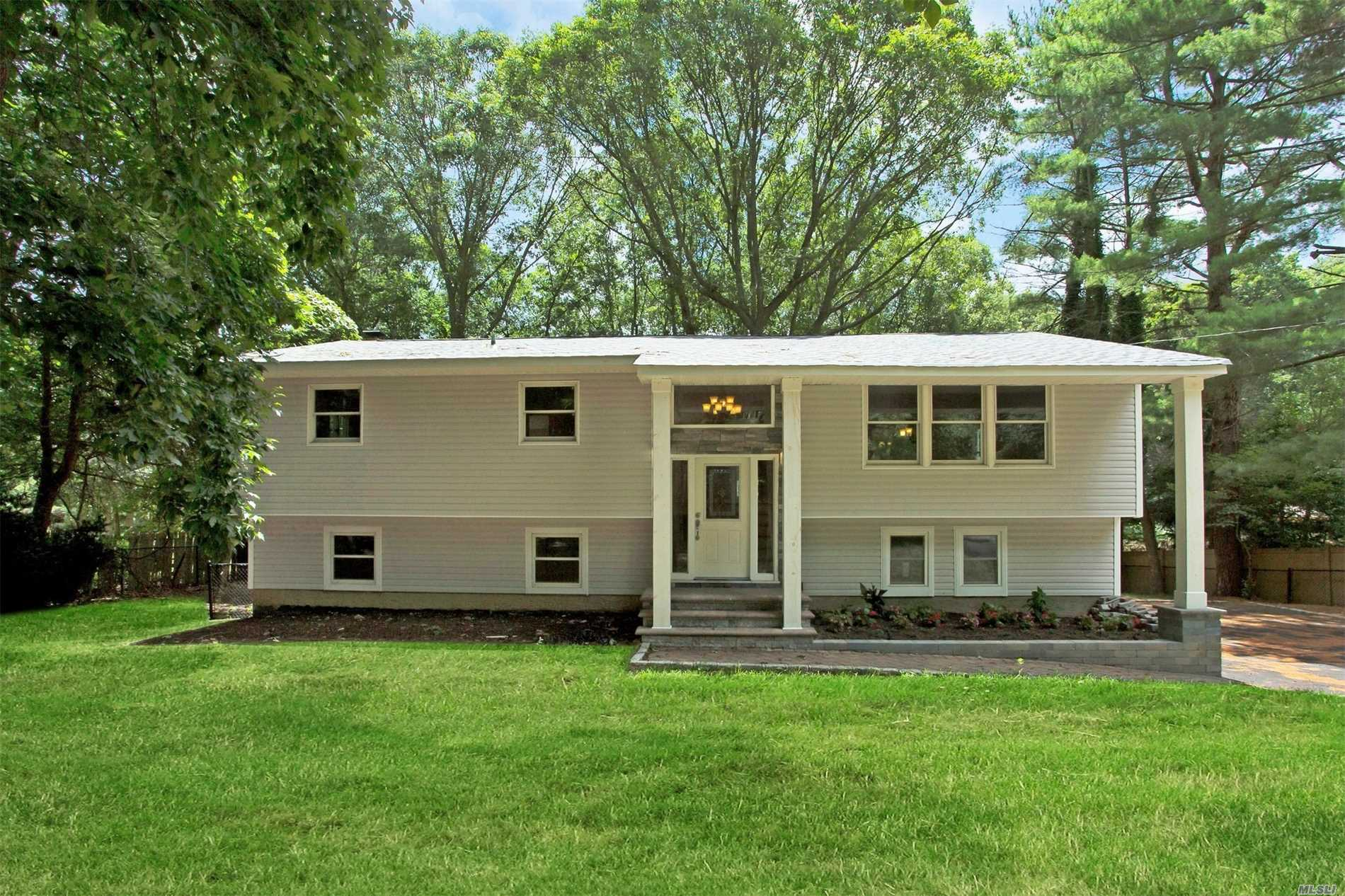 Photo of home for sale at 42 Warner Rd, Huntington NY