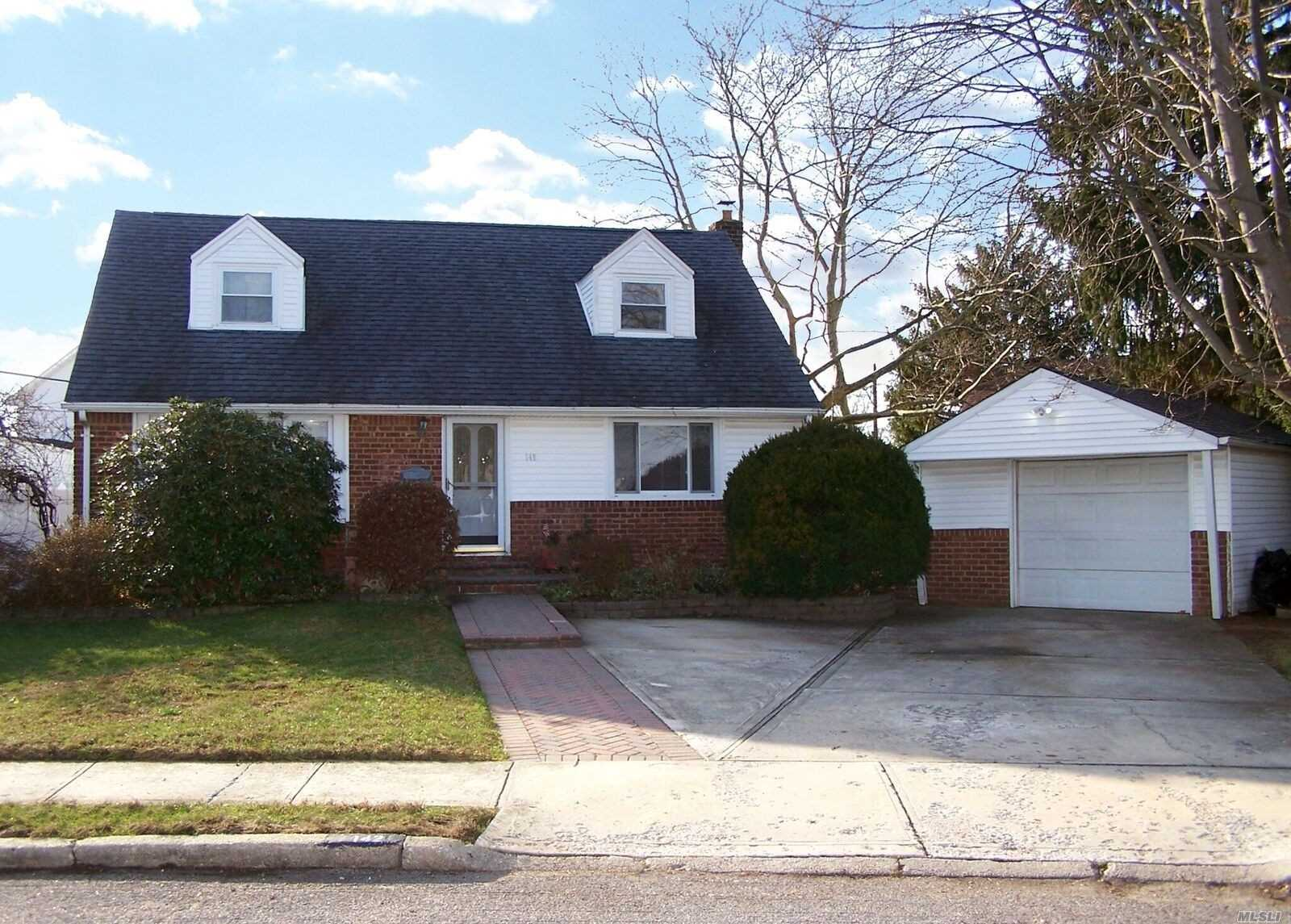 Photo of home for sale at 142 Bellmore Rd, East Meadow NY