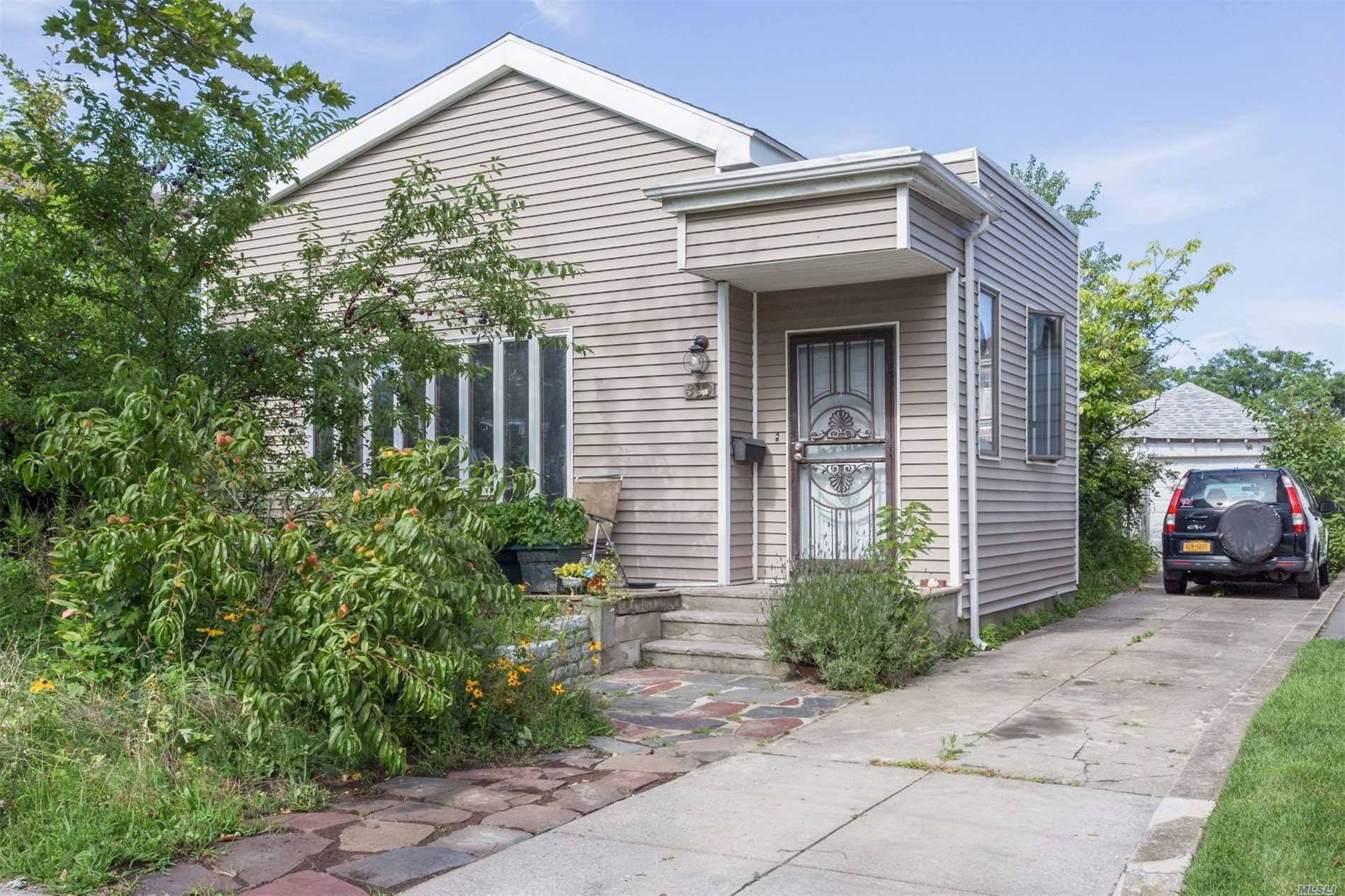 Photo of home for sale at 320 Beach 148th St, Neponsit NY