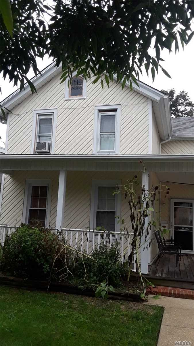 Photo of home for sale at 28 Smith St, Freeport NY