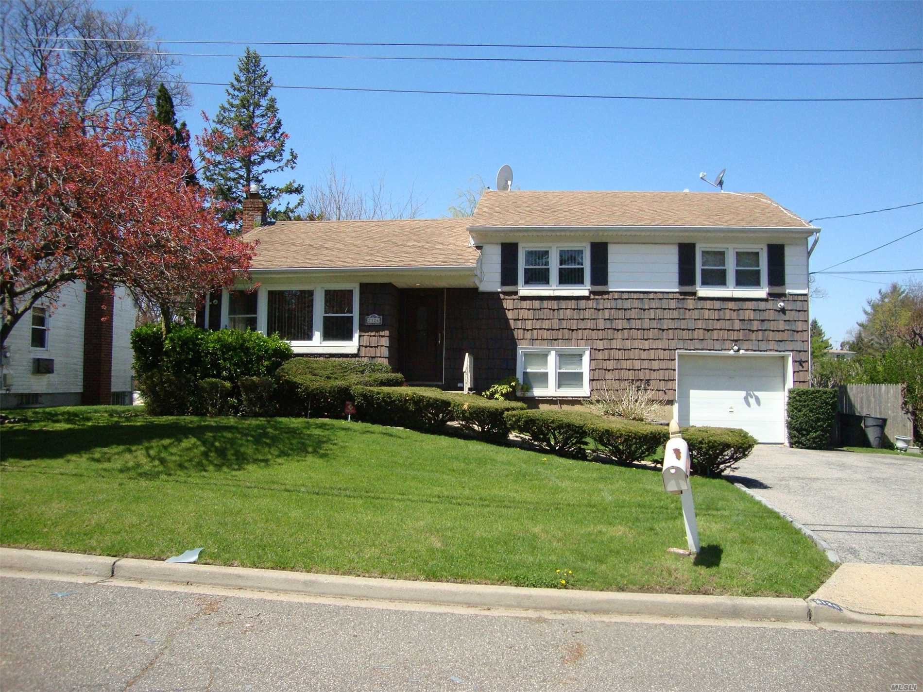 Photo of home for sale at 2126 Maple St, North Baldwin NY