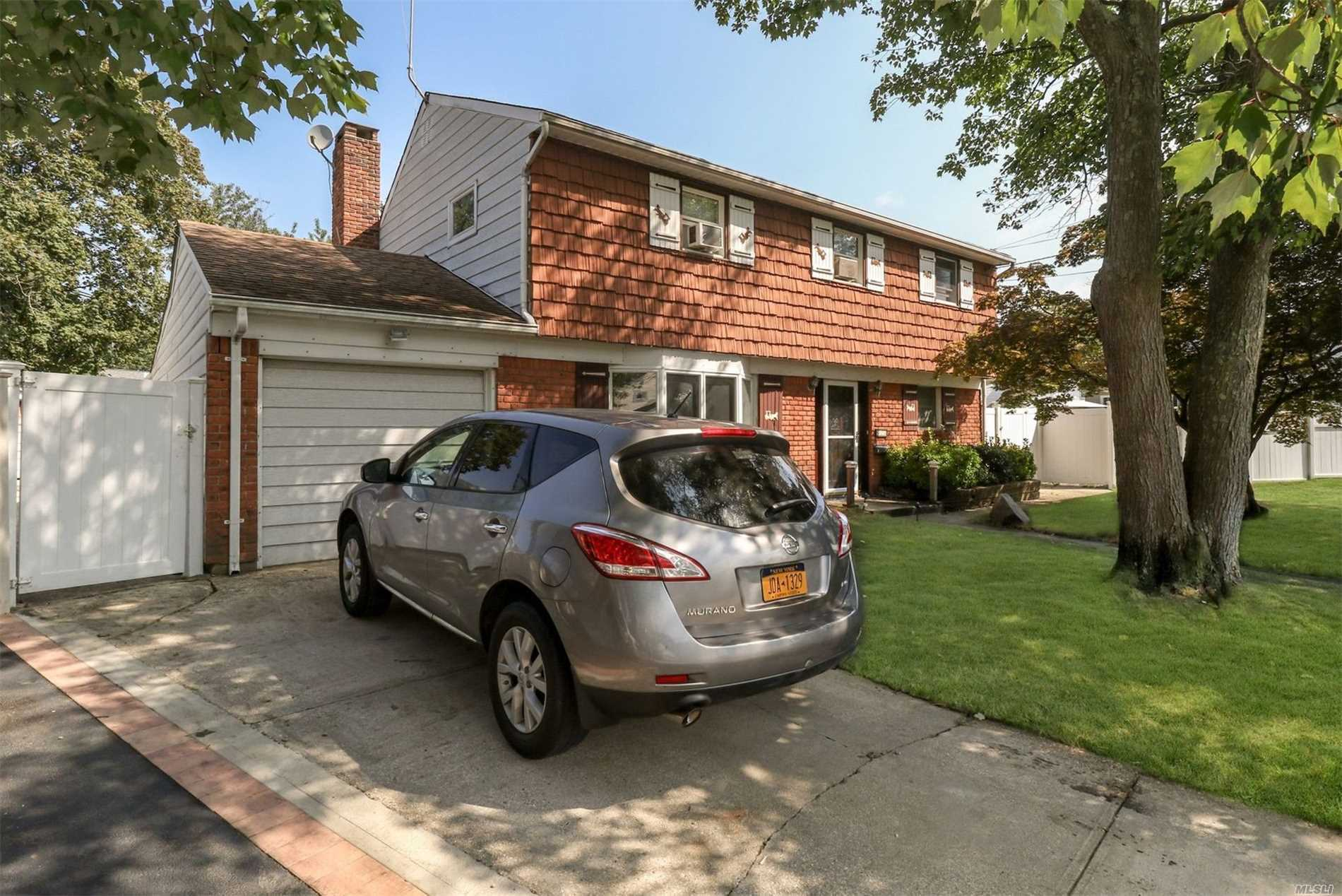Photo of home for sale at 623 Nimrod Ct, North Babylon NY