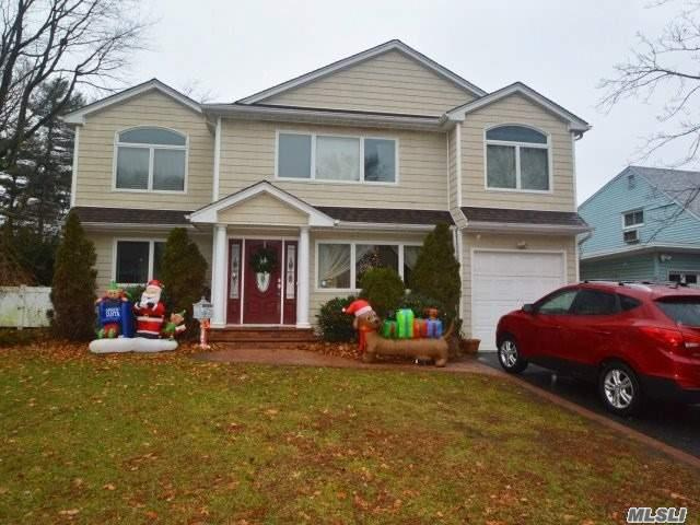 Photo of home for sale at 25 Lindbergh St, Garden City NY
