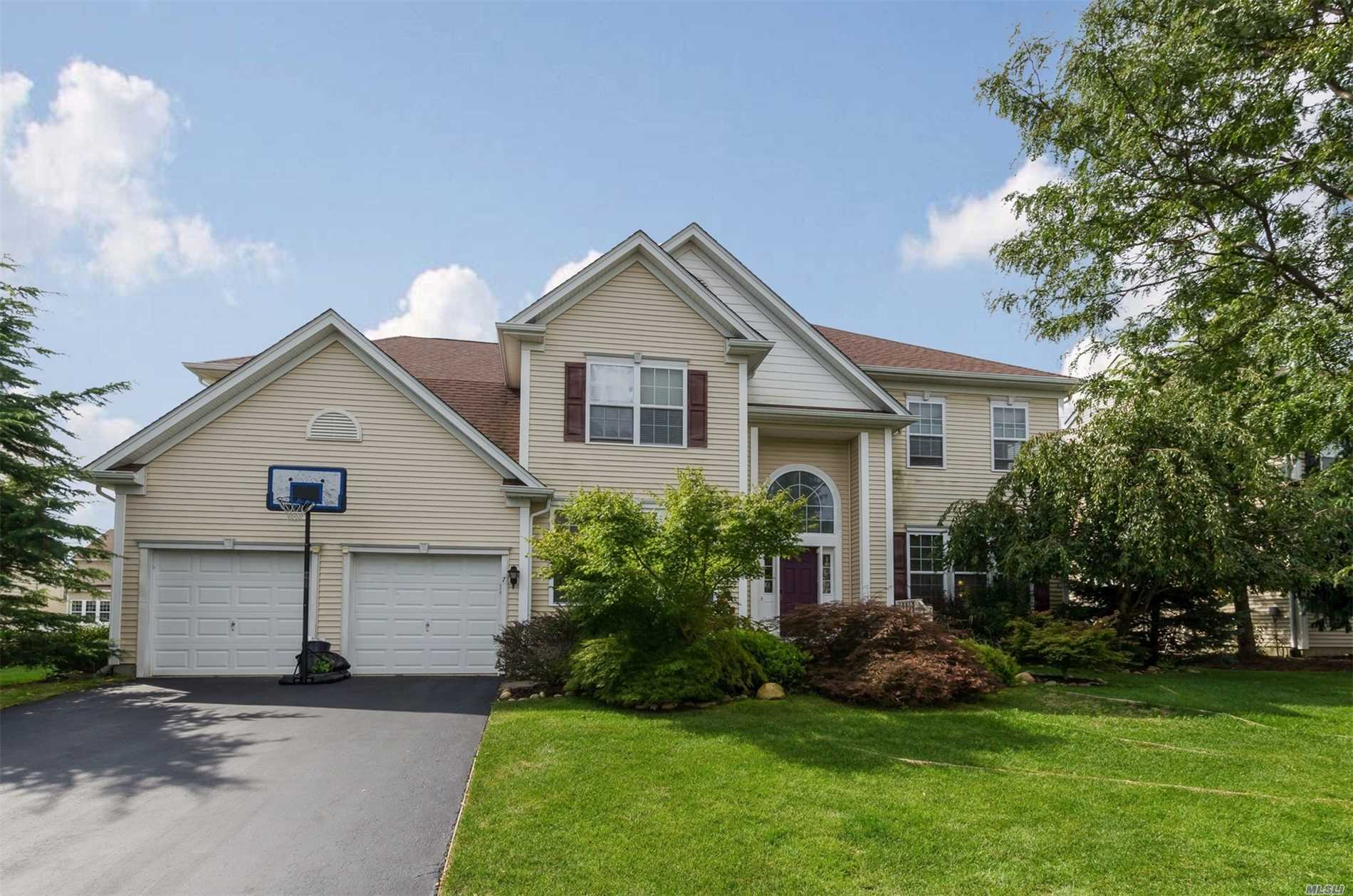 Photo of home for sale at 7 Avolet Ct, Mt. Sinai NY