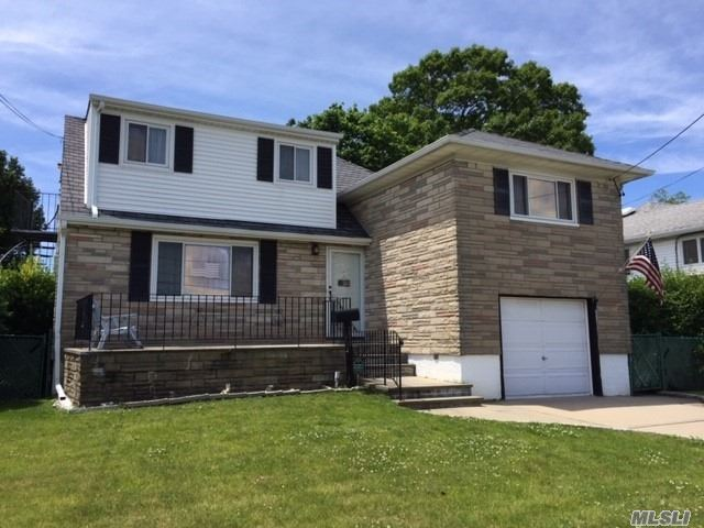 Photo of home for sale at 270 West End Ave, Massapequa NY