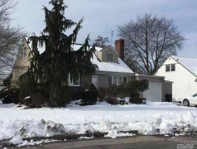 Photo of home for sale at 404 Westminster Rd, Rockville Centre NY