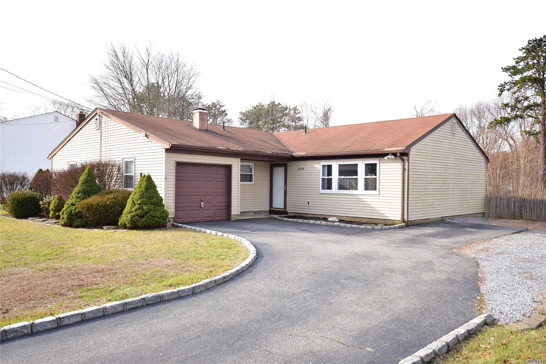 Photo of home for sale at 932 Pond Rd, Bohemia NY