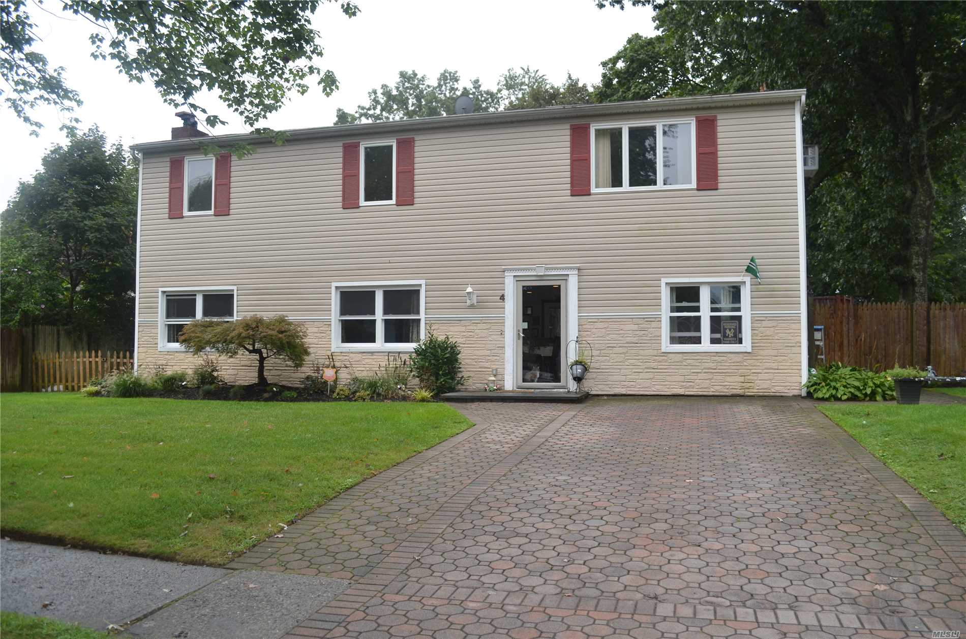 Photo of home for sale at 4 Plaza Ln, Selden NY