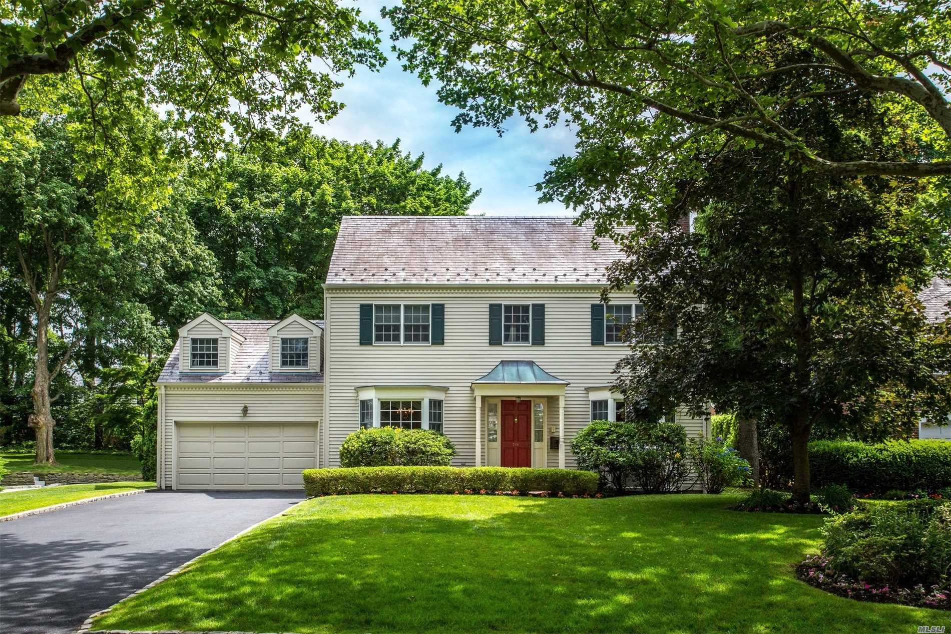 Photo of home for sale at 718 Park Ave, Manhasset NY