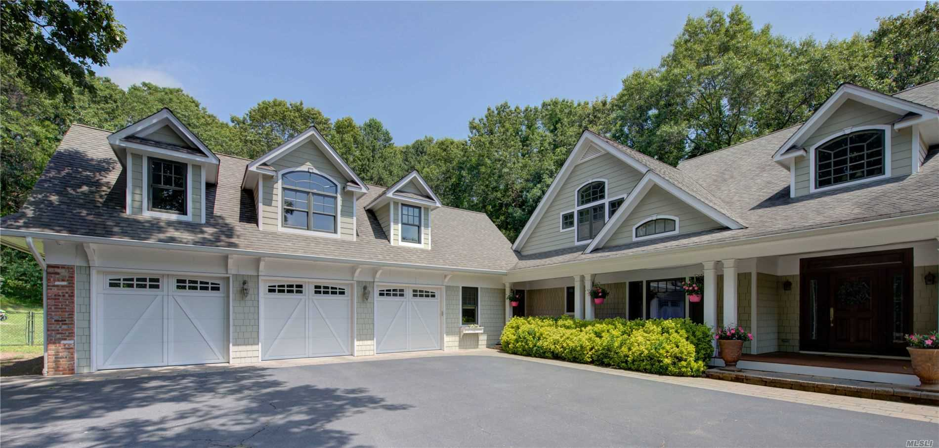 Photo of home for sale at 49 Grandview Ln, Smithtown NY