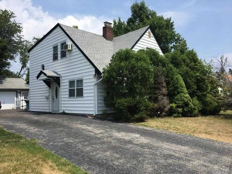 Photo of home for sale at 166 Kingfisher Rd, Levittown NY