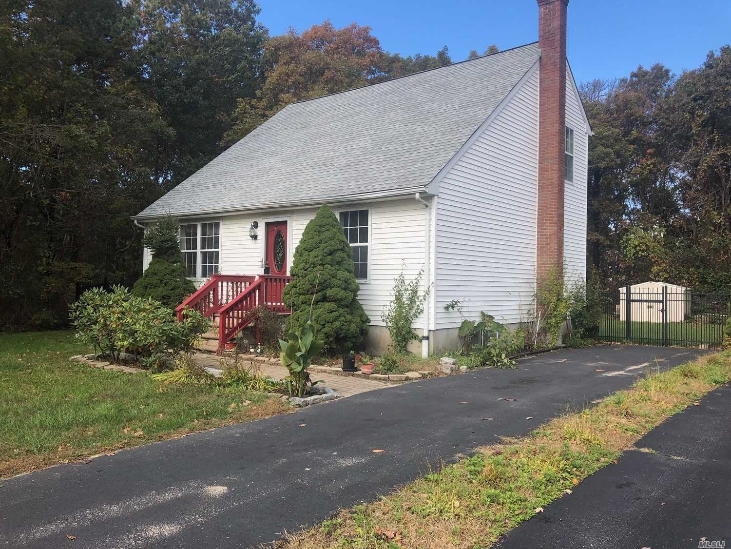 Photo of home for sale at 75 Palmetto Dr, Shirley NY