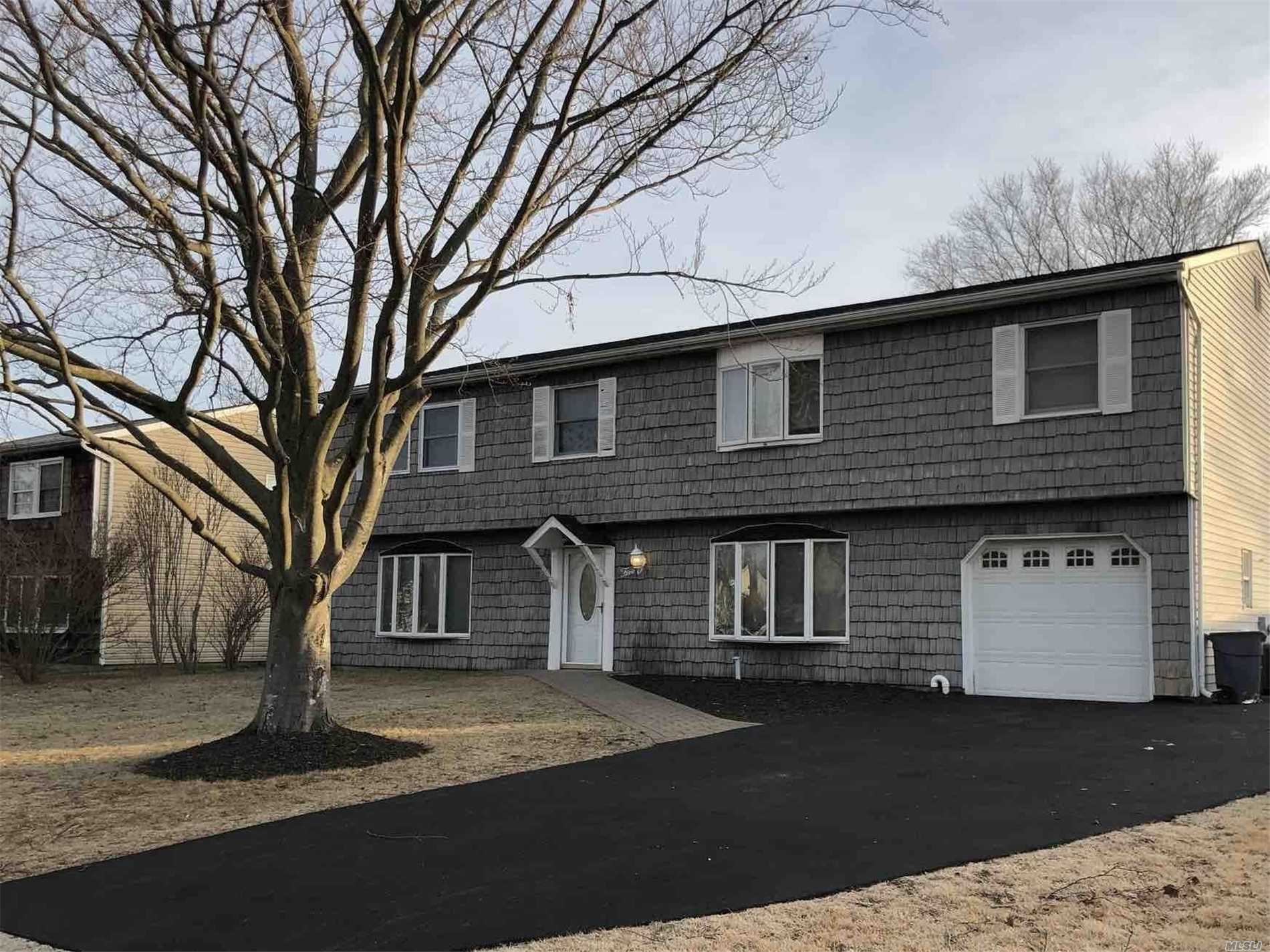Photo of home for sale at 5 Ormand Ave, Medford NY