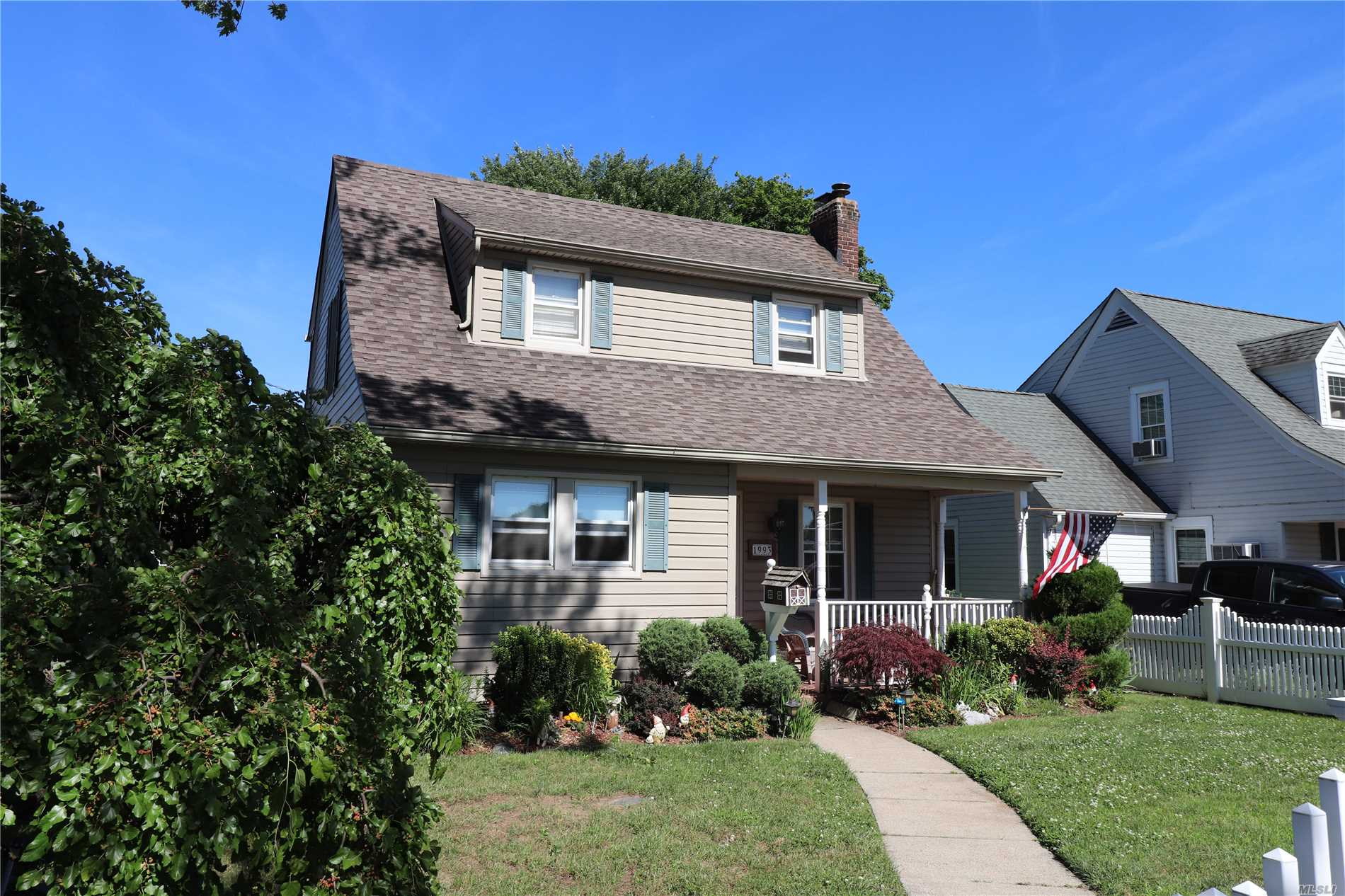 Photo of home for sale at 1993 Washington Ave, Seaford NY