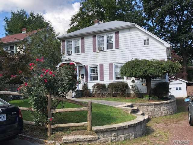 Photo of home for sale at 59 21st St E, Huntington Sta NY