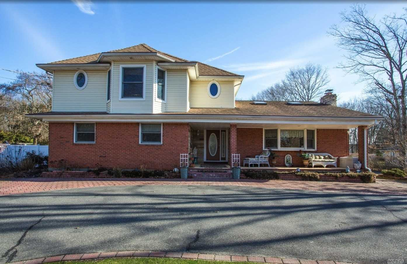 Photo of home for sale at 1079 Westminster Ave, Dix Hills NY