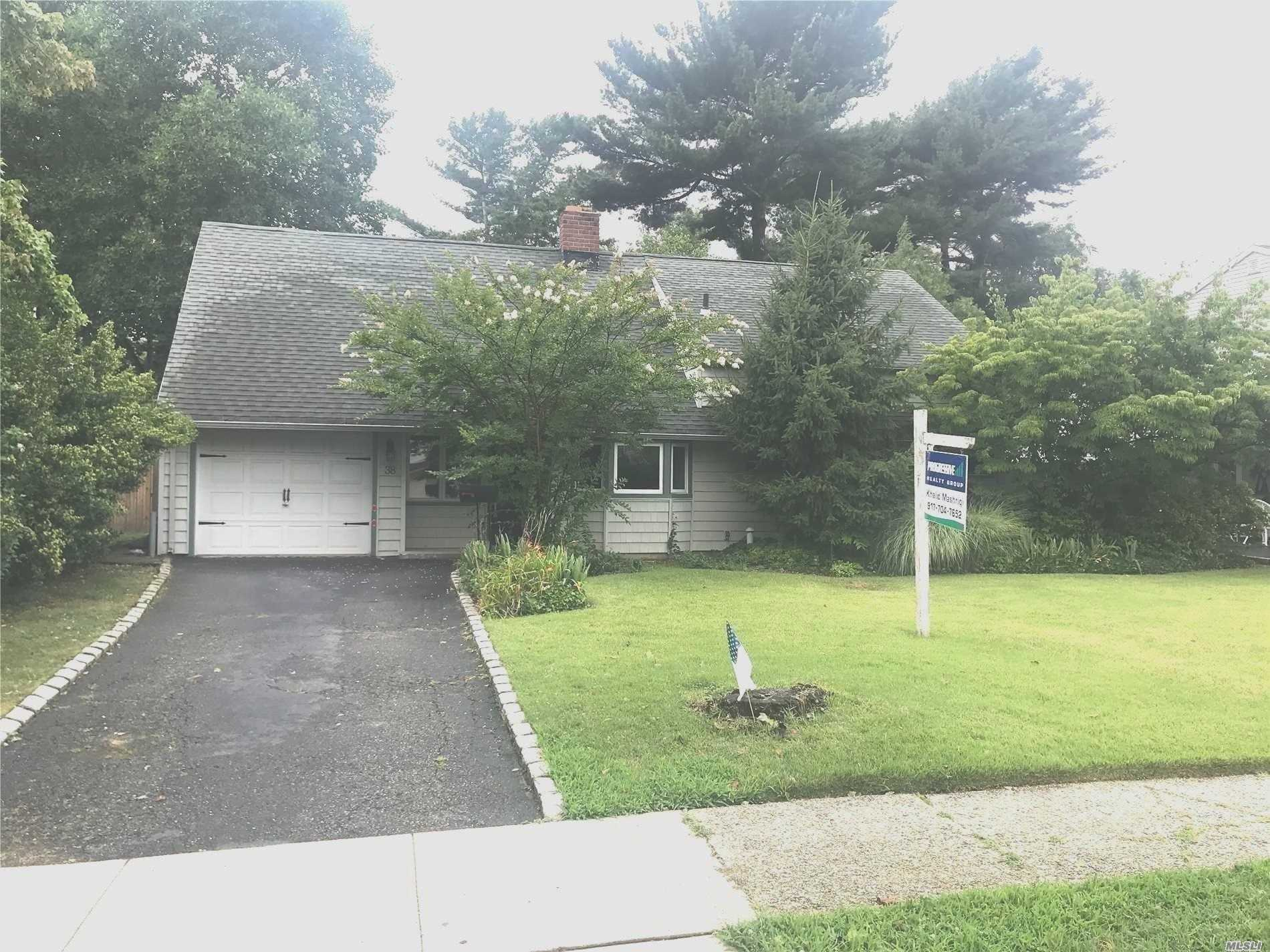 Photo of home for sale at 38 Fireplace Ln, Hicksville NY