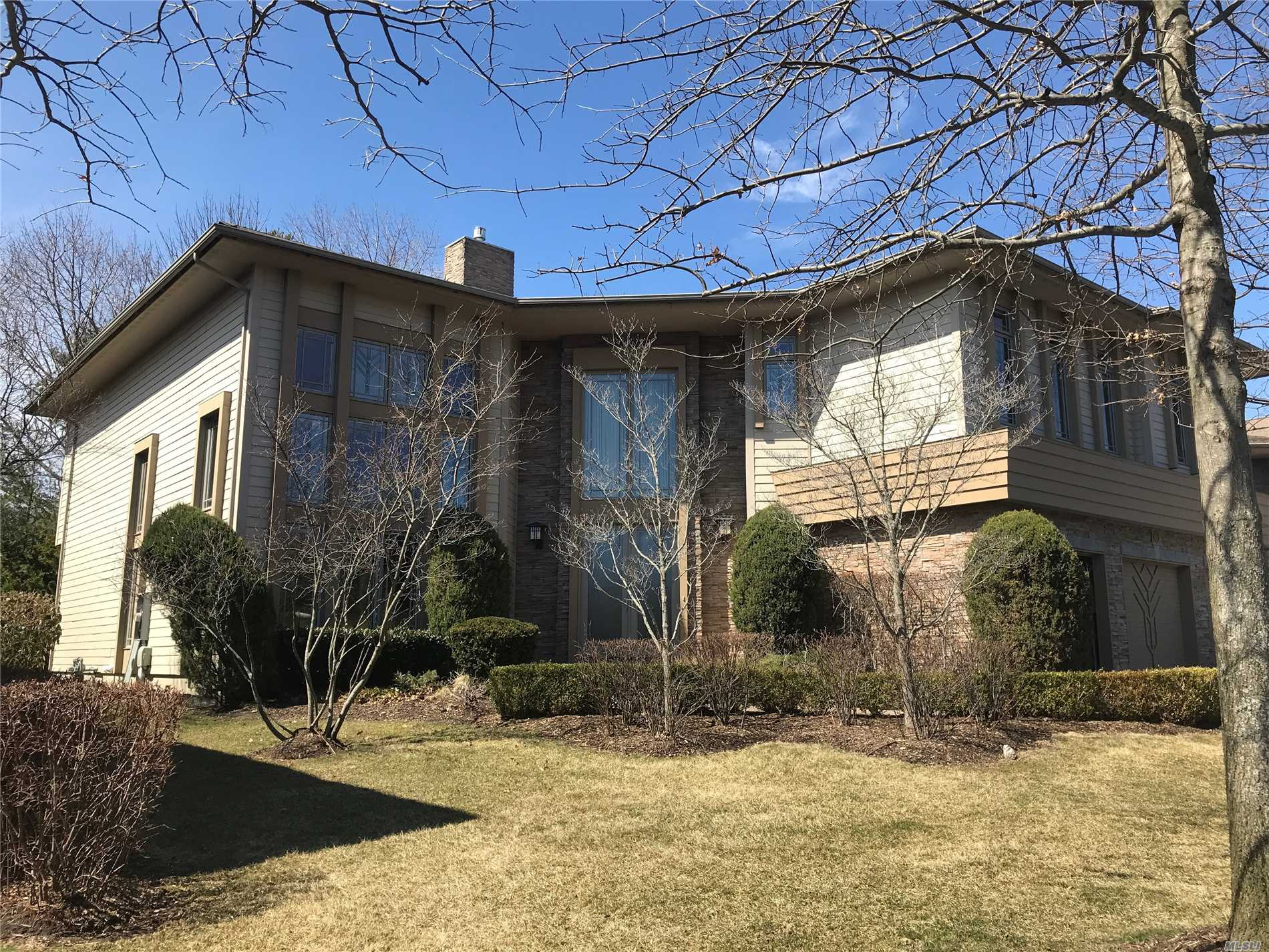 Photo of home for sale at 15 Olde Hamlet Dr, Jericho NY
