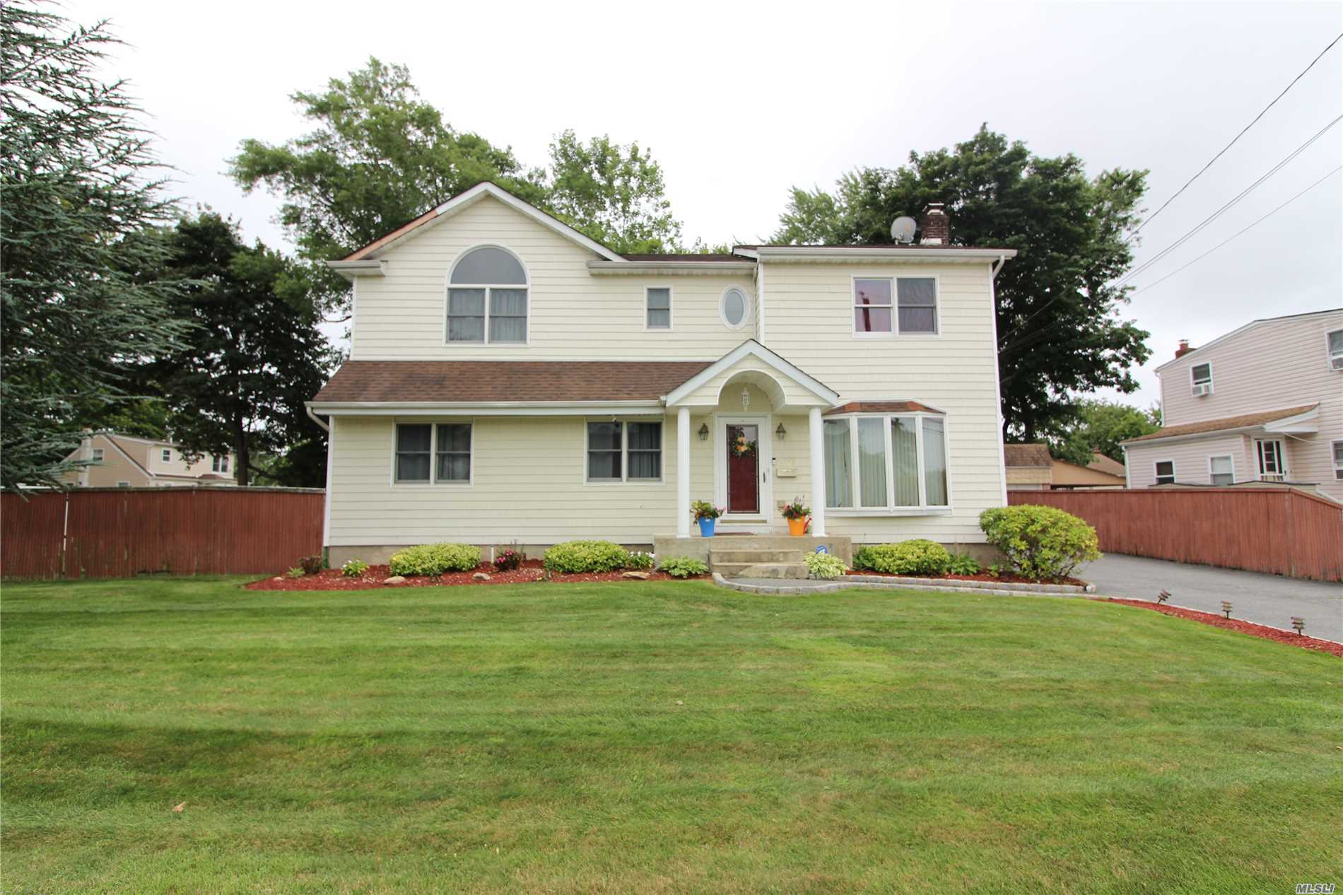 Photo of home for sale at 1549 10th St, West Babylon NY