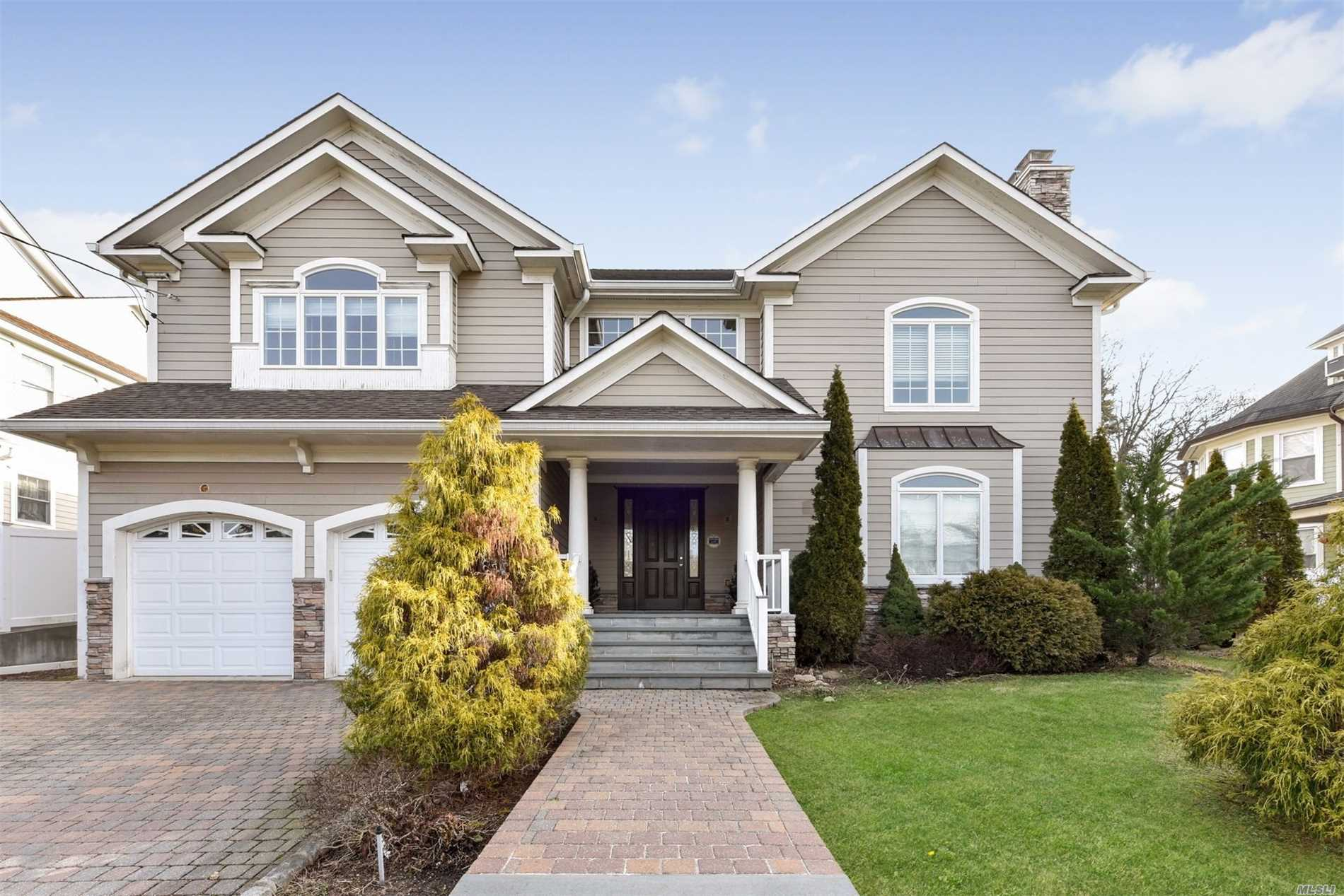 Photo of home for sale at 89 Kellogg St, Oyster Bay NY