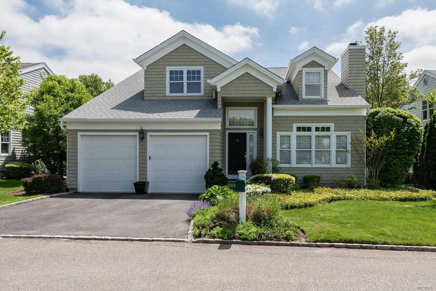 Photo of home for sale at 37 Fieldstone Ln, Oyster Bay NY