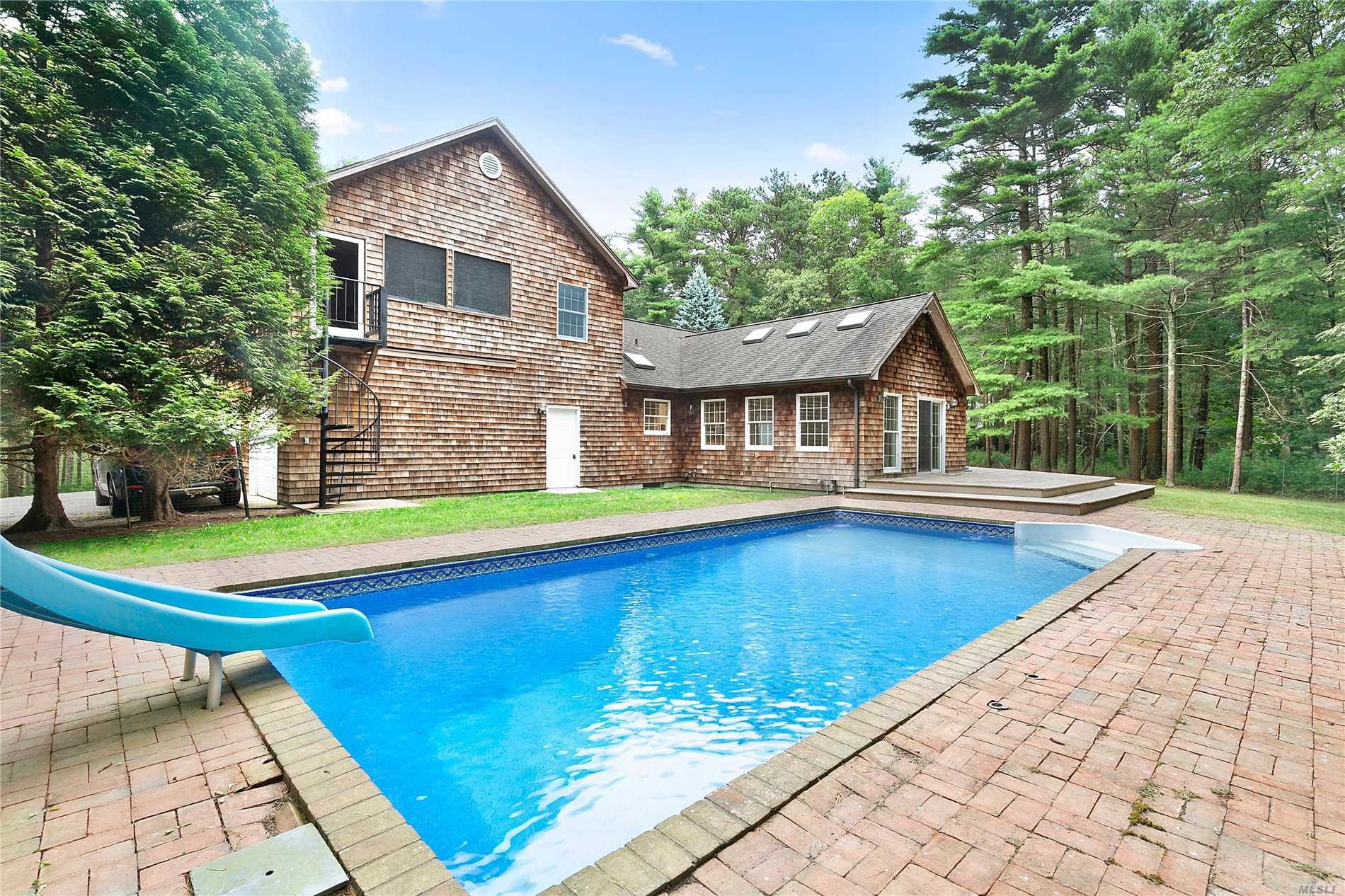 Photo of home for sale at 35 Oak Hill Ln, East Hampton NY