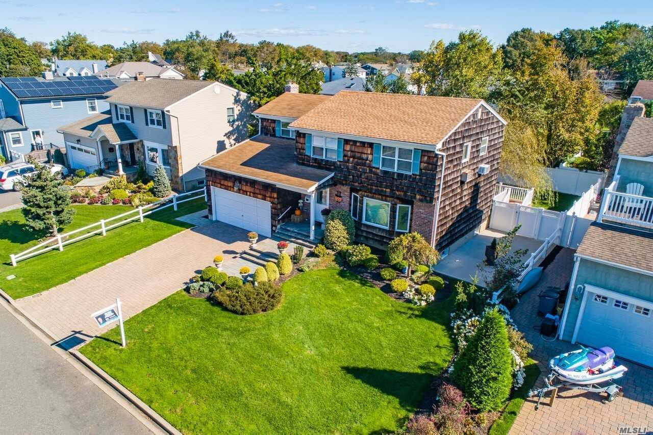Photo of home for sale at 307 Bayview Ave, Massapequa NY