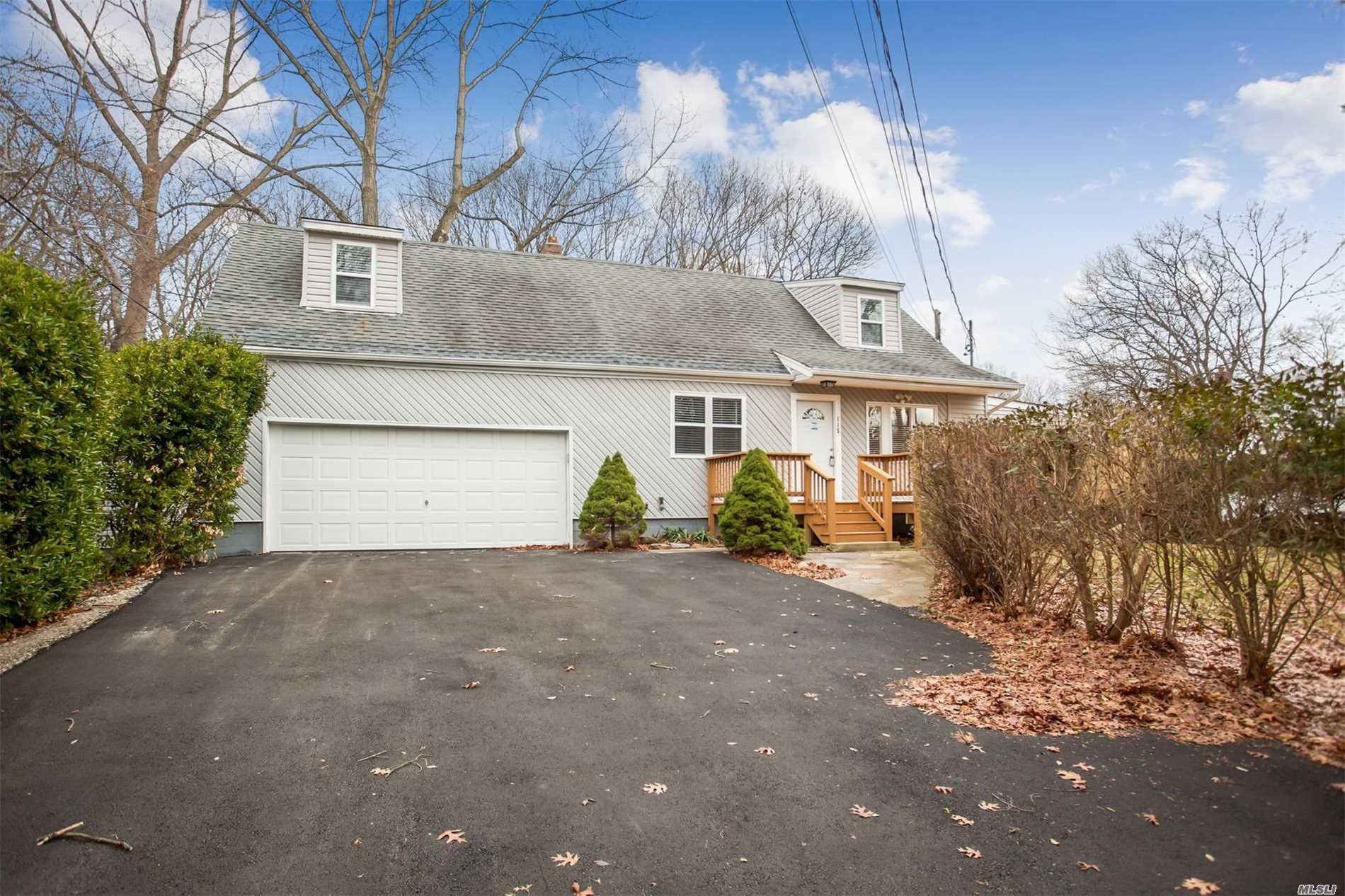 Photo of home for sale at 115 Haven Ave, Ronkonkoma NY